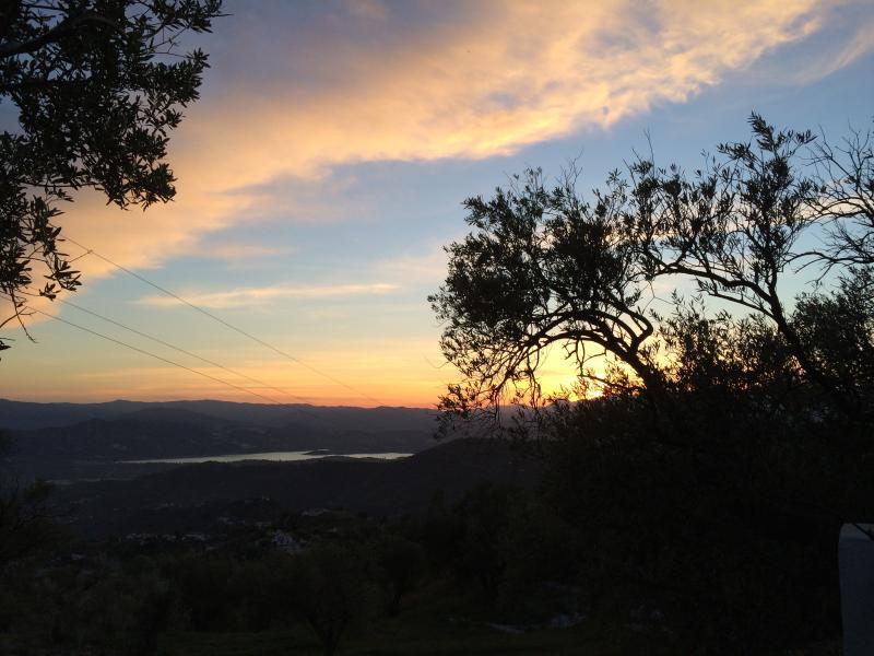 Uitzicht vanaf de bungalow op het meer van Viñuela bij zonsondergang