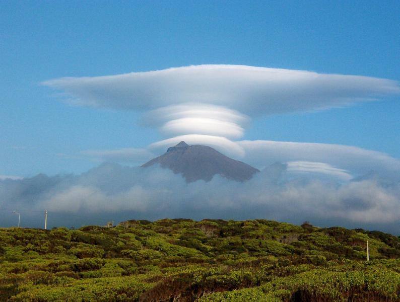 Montanha do Pico com os fantásticos e reais efeitos das núvens