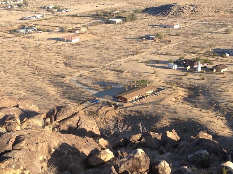 vista de cima da montanha, casa é no meio. lotes de espaço ao redor