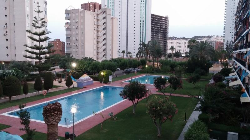 urbanizacion con dos piscinas y jardines, vista desde balcon