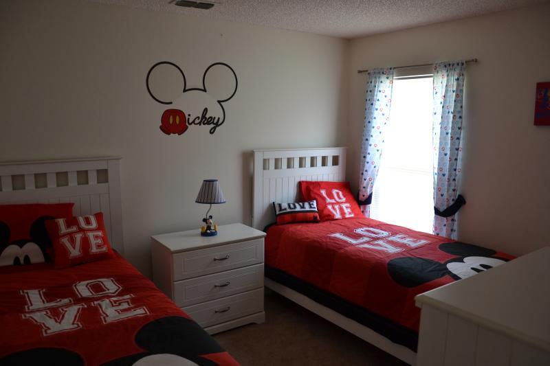 Twin bedroom Disney