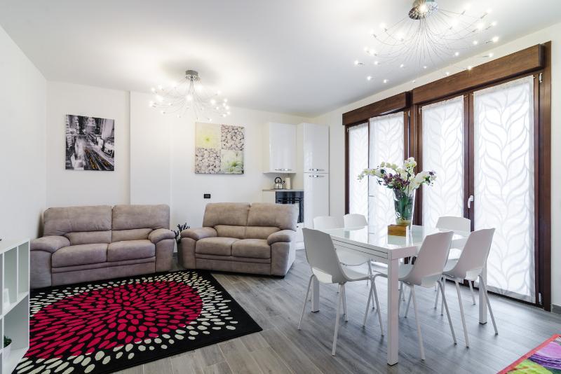 New Appartamento 4 stanze e 4 bagni, Ferienwohnung in Sesto San Giovanni