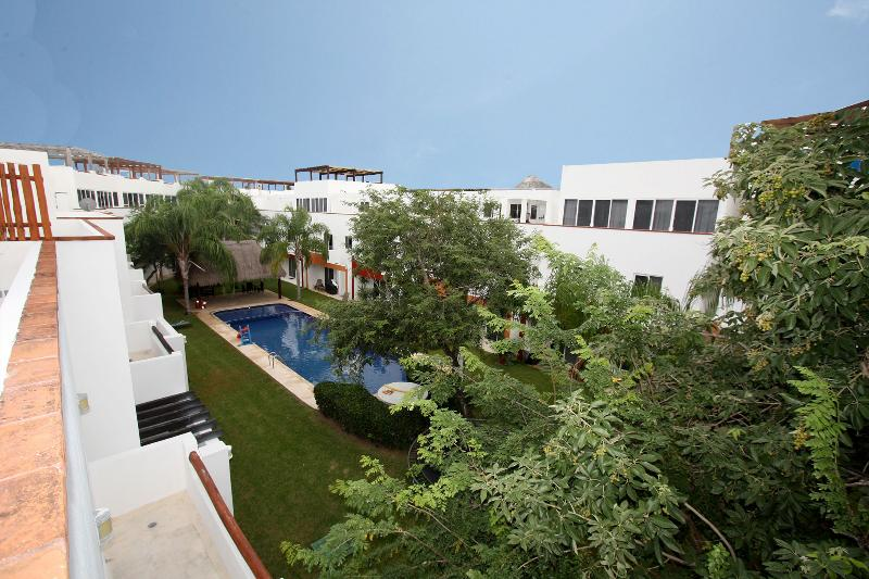 Blick auf den gemeinsamen Pool von Ihrer privaten Terrasse
