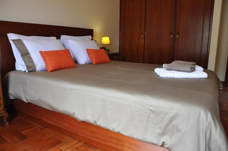 Main bedroom: queen bed, built-in wardrobe.