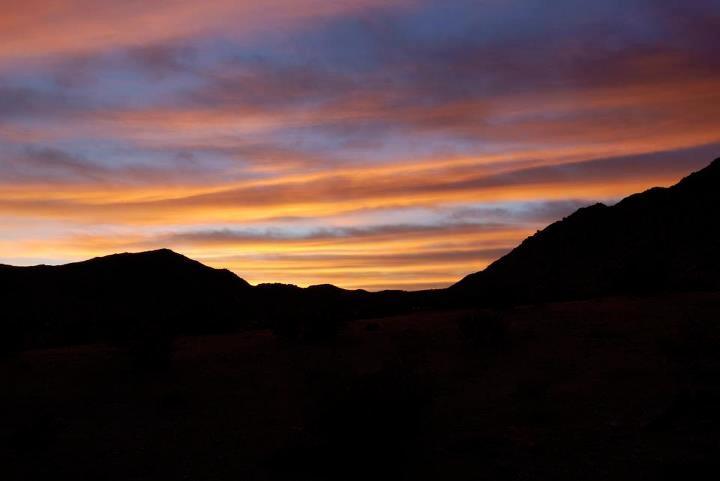pôr do sol sobre a montanha