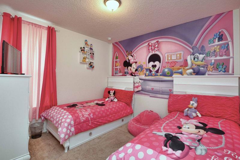 De minie dormitorio 2 camas y 1 cama marinera y TV