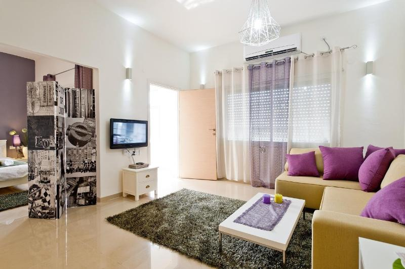 Eshkol Housing  2-room Apartment Carmel Center, vakantiewoning in Haifa