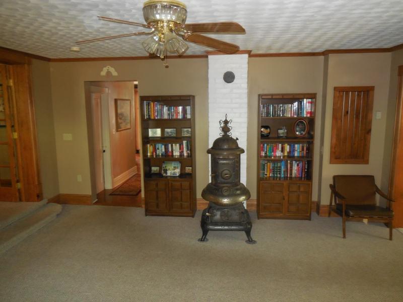 Hall de entrada com o antigo fogão de madeira e estantes