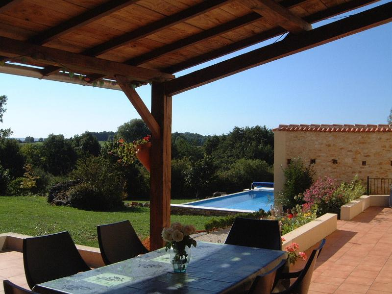 Holiday Barn private heated pool Wifi in Charente, holiday rental in Champagne Mouton