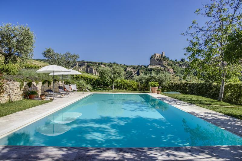 La piscina tiene 15 metros de largo y 6 metros de ancho, disfrutar de su baño!