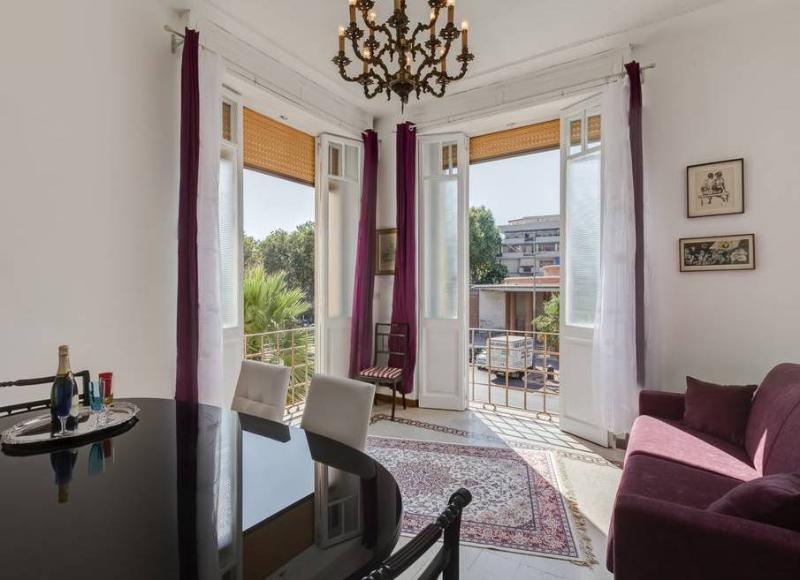 Tanta aria e luce attraverso le due enormi finestre del soggiorno alte oltre 3 metri