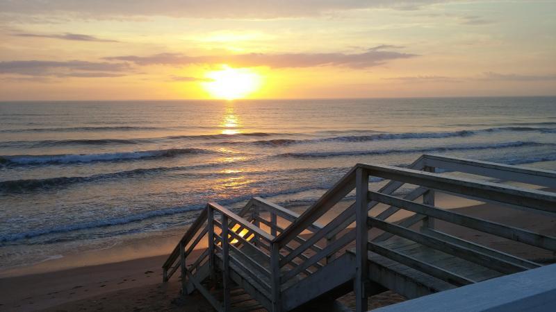 Uw eigen privé huis direct aan het strand.  Uw privé stappen van uw eigen prive-dek