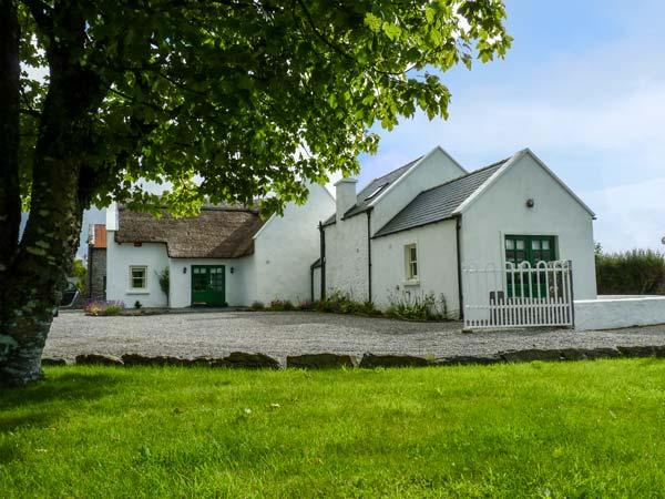 ANNIE'S COTTAGE, detached, character features, en-suites, open fire, near, holiday rental in Ballyvary