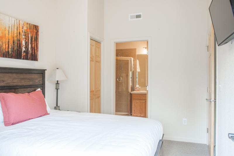En övre nivå Longs Peak master sovrum med badrum