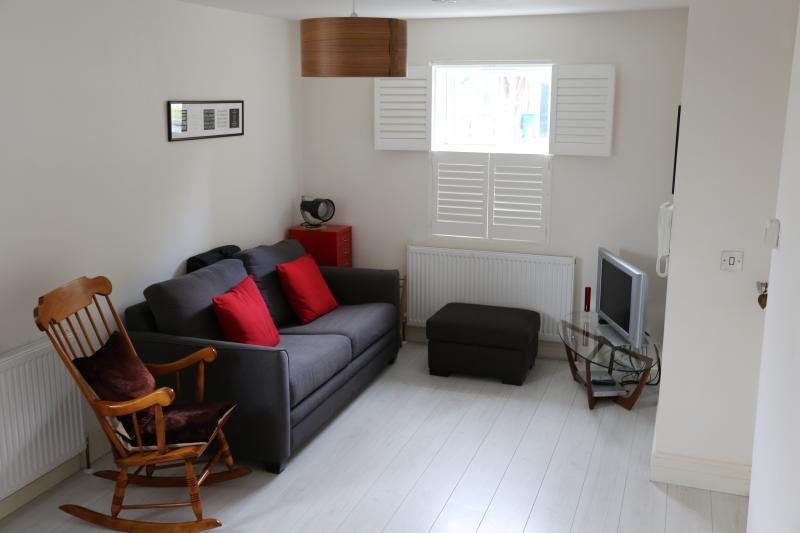 Modern 1 Bed Apartment Ideal For Rugby or concerts at Twickenham Stadium., vacation rental in Hampton Hill