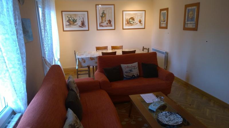 salón grande y confortable