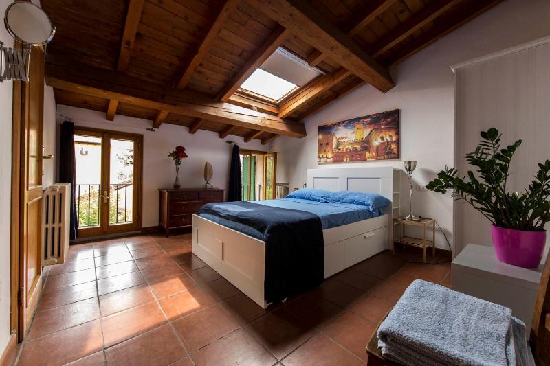 El dormitorio. La peculiaridad principal del apartamento es ser luz y brillante.