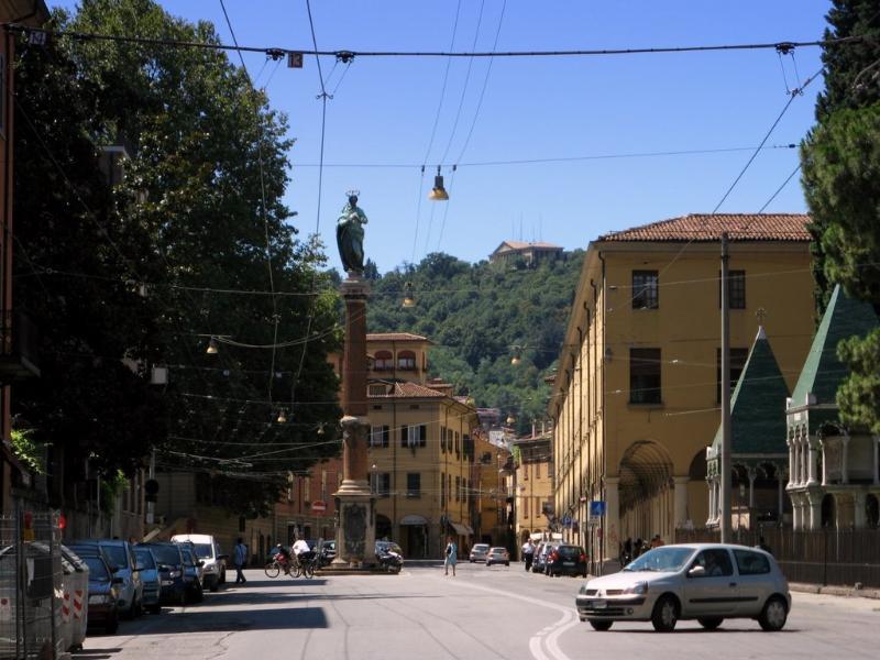 Bella Piazza Malpighi es sólo de 80 mts. Miramos adelante a su estancia en el LE NUVOLE!