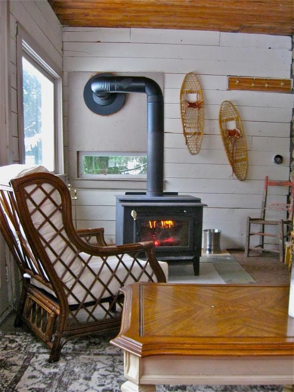 Lakeview varanda com fogão a lenha na parte de trás da casa