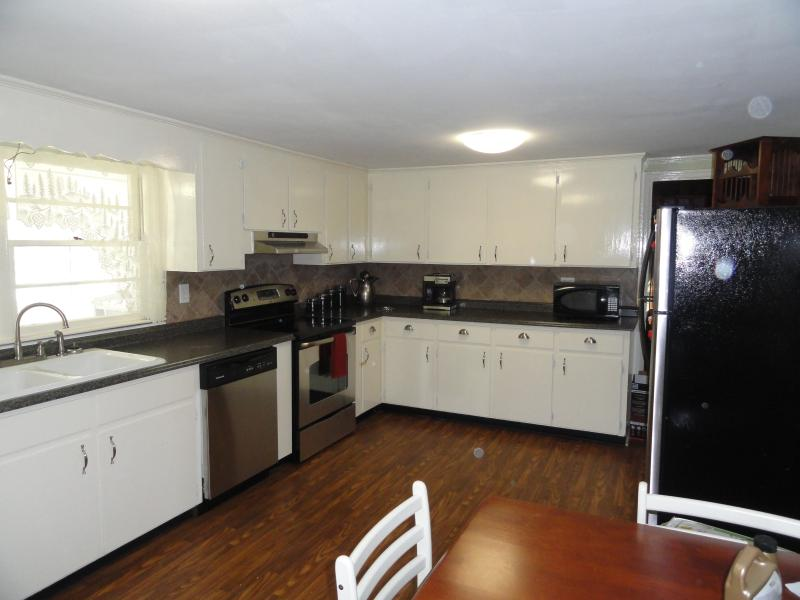 Large eat-in country kitchen. New stainless steel appliances.