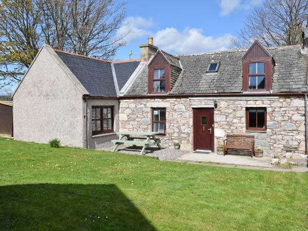 AVONDALE COTTAGE, pet-friendly, open fire, fantastic views, WiFI, in Tomintoul, holiday rental in Tomintoul