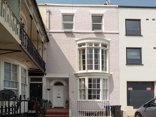 CASA MAR BELLA, coastal escape, WiFi, enclosed courtyard, sea views, terraced, location de vacances à Ramsgate