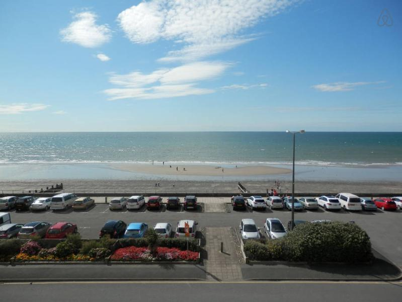 17 Trem Enlli is a homely 2 bed seafront apartment in Tywyn, vacation rental in Tywyn