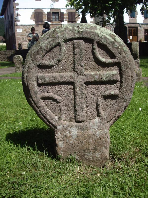 Emblemas antiguos esculpidos en piedra