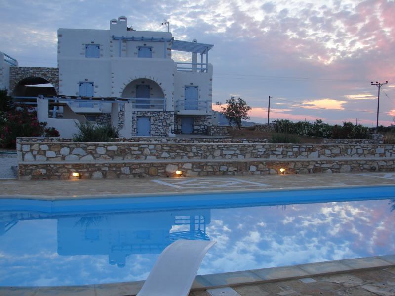 Archipelagos villas-Villa Antiparos for 10-14 people close to the sea, aluguéis de temporada em Naoussa