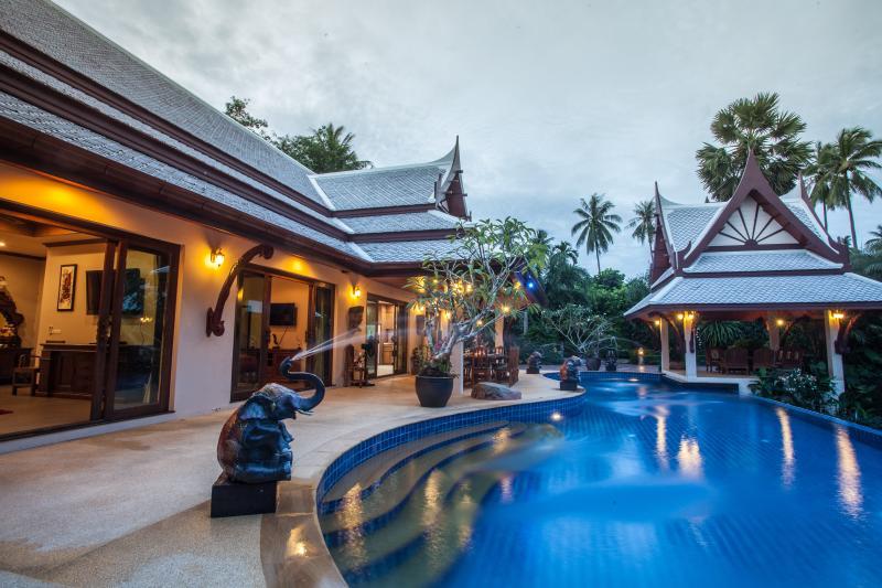 Am frühen Abend bei Villa Saifon