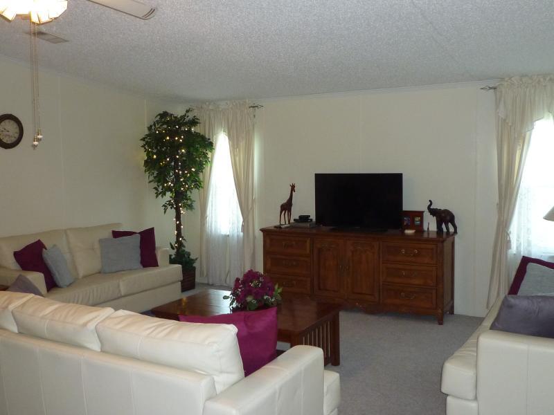 Beautiful oak dresser, TV and 3 leather sofa's