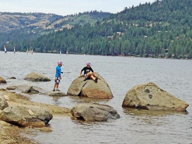 Muchas rocas se pueden encontrar alrededor de la cabaña y lago Donner