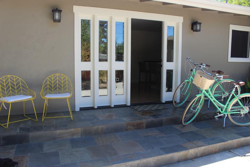 2 nieuwe fietsen ter beschikking in de garage.