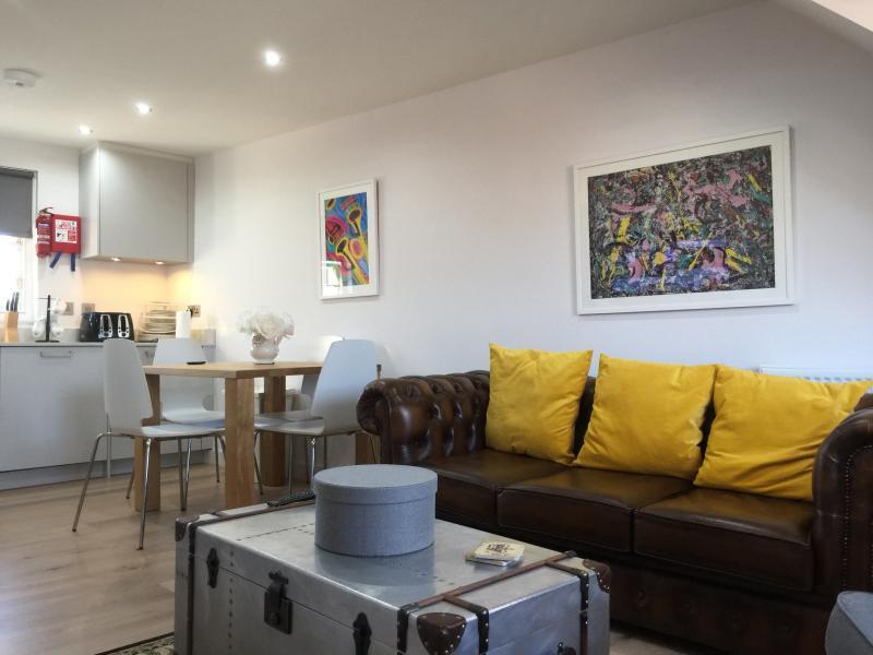Lounge /  Dining Kitchen