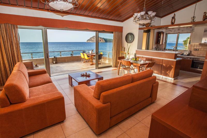 Sand Lily Apartment, Ferienwohnung in Platanias