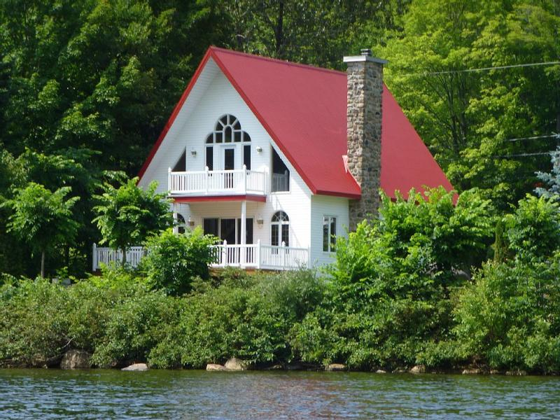 RIVERSIDE LOVELY COTTAGE-20 MINUTES FROM QUEBEC CITY-MOUNTAIN VIEW-AMAZING, holiday rental in Lac-Beauport