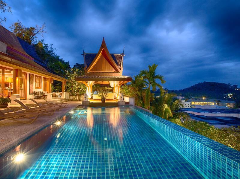 Baan Surin Sawan - Vista de la piscina por la noche