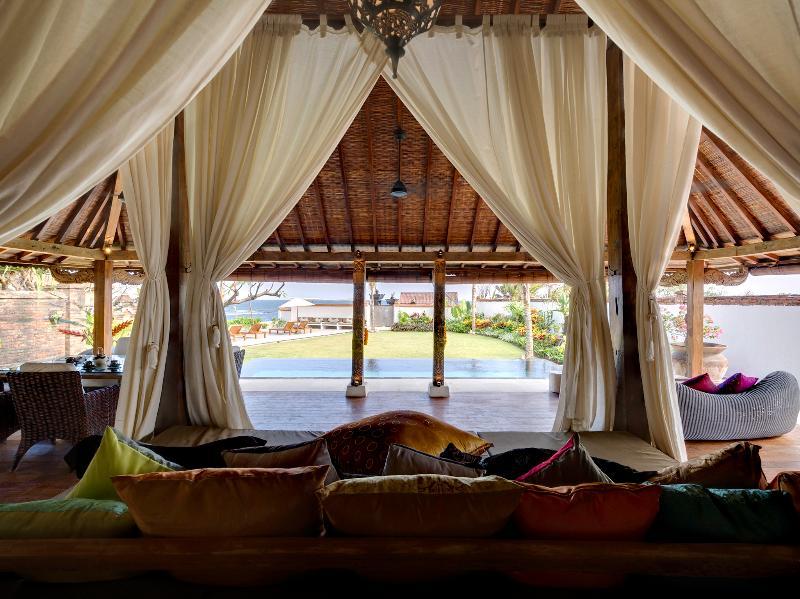 Majapahit Villas - Villa Maya - Suite nupcial vista viva de la piscina y el jardín