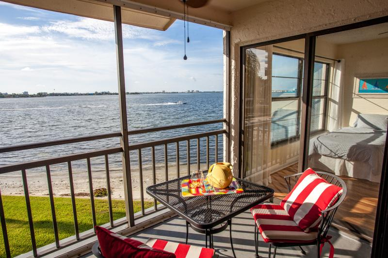 Amazing water views! Near beaches, big pool & spa!, vacation rental in St. Petersburg
