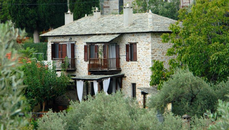 Villa Amanti, a charming old stone house in Pelion, vacation rental in Milies