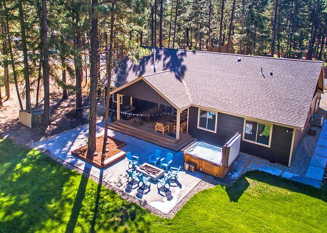 Fantastic Outdoor Living!  Private Hot Tub and Summer Pool!, vacation rental in Ronald