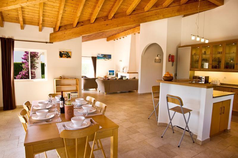 Grande ouverte cuisine, salle à manger, salon