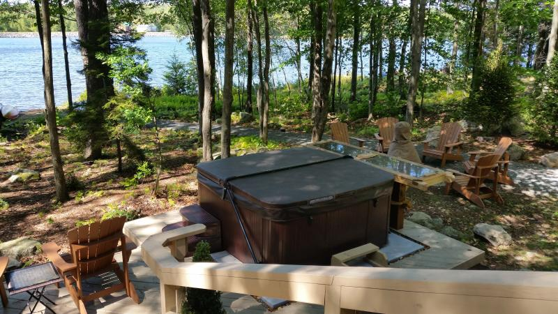 Lakefront house with fireplace, outdoor hot tub , and dock, holiday rental in Pocono Mountains Region