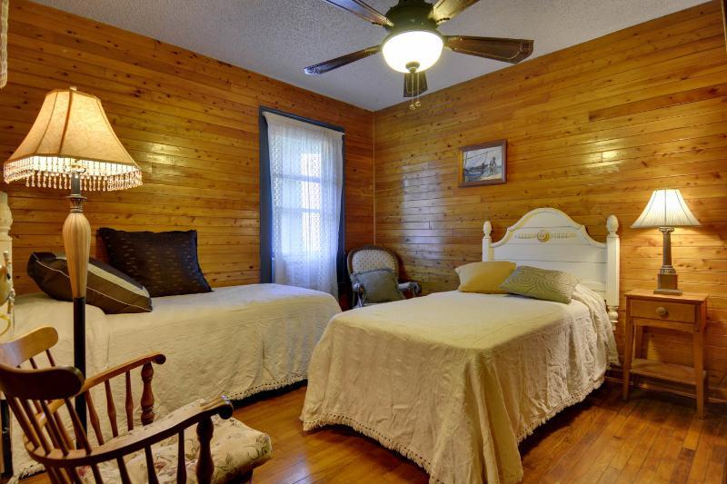 2e slaapkamer met 2 lange eenpersoonsbedden