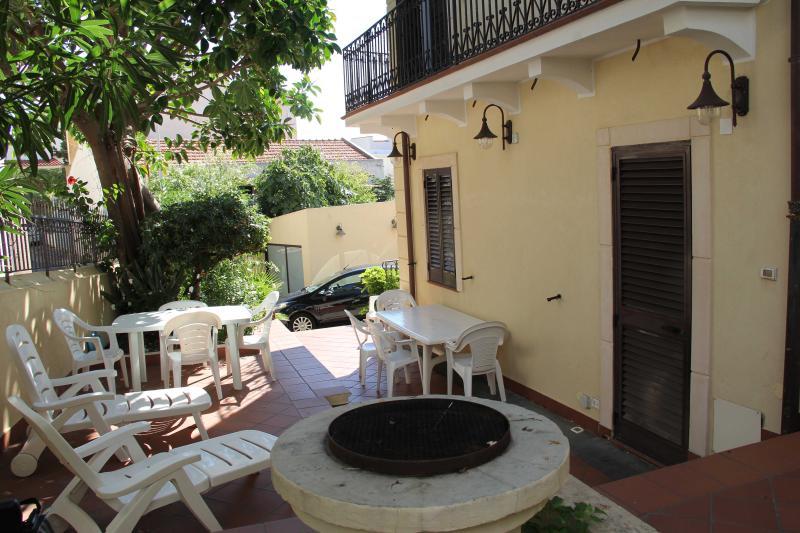 Casa in villa a 2 passi dal mare di S. Agata Messina, holiday rental in Messina