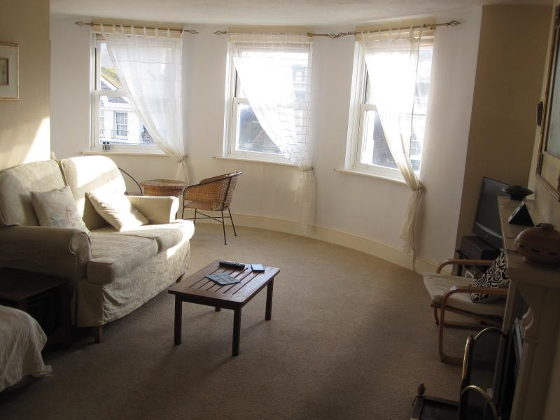 Spacious 2 Bed Top Floor Flat - Long Let Only from Nov 2017, vacation rental in Eastbourne