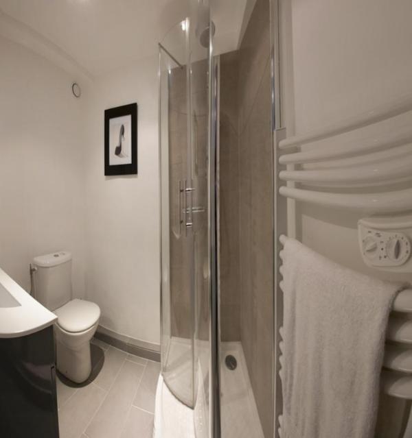 Une autre vue de la salle de douche attenante