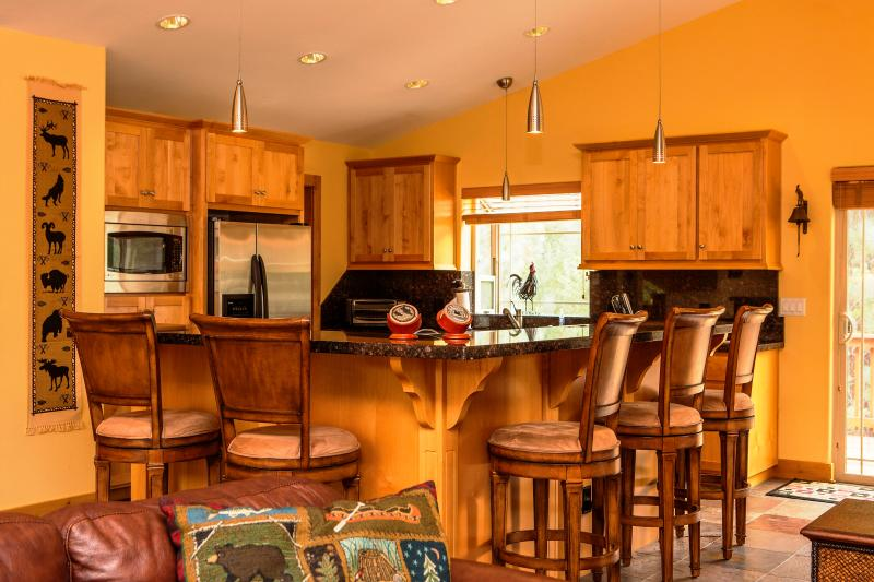5-Star Luxury Tahoe Cabin! Pool Table! Darts! Ping Pong! Poker! Games!, alquiler de vacaciones en South Lake Tahoe