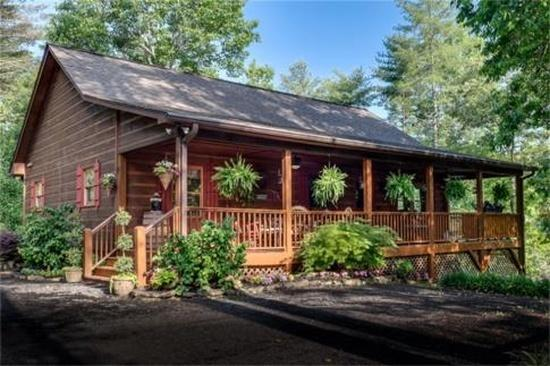 Rustic & luxurious! the place to be for fun, relaxation, entertaining ..peace of mind. 5 Bear's cabi