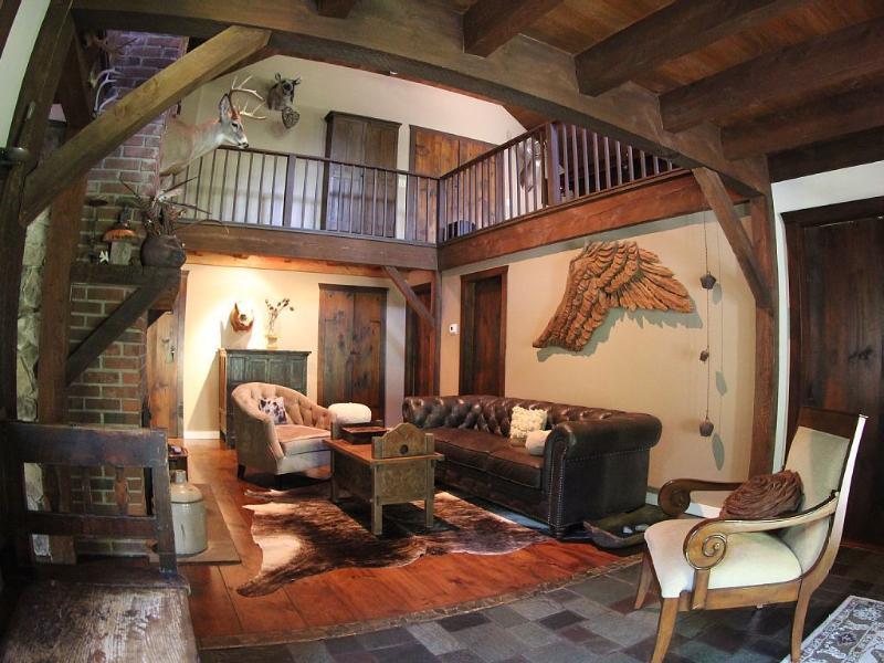 familie woonkamer is een prachtige plek om te rusten met een boek of een dutje op een winterdag.